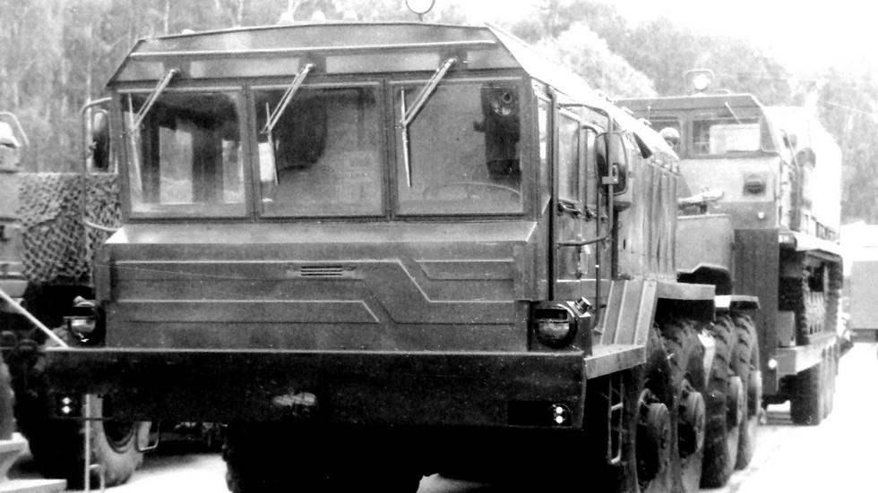 Седельный тягач КЗКТ-74281 с обновленной кабиной на военном показе 1992 года (из архива НИИЦ АТ)