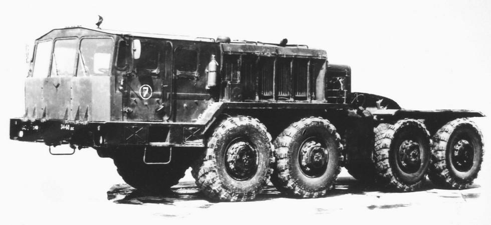 Тягач КЗКТ-7426 с передней защитной панелью кабины. 1983 год (из архива НИИЦ АТ)
