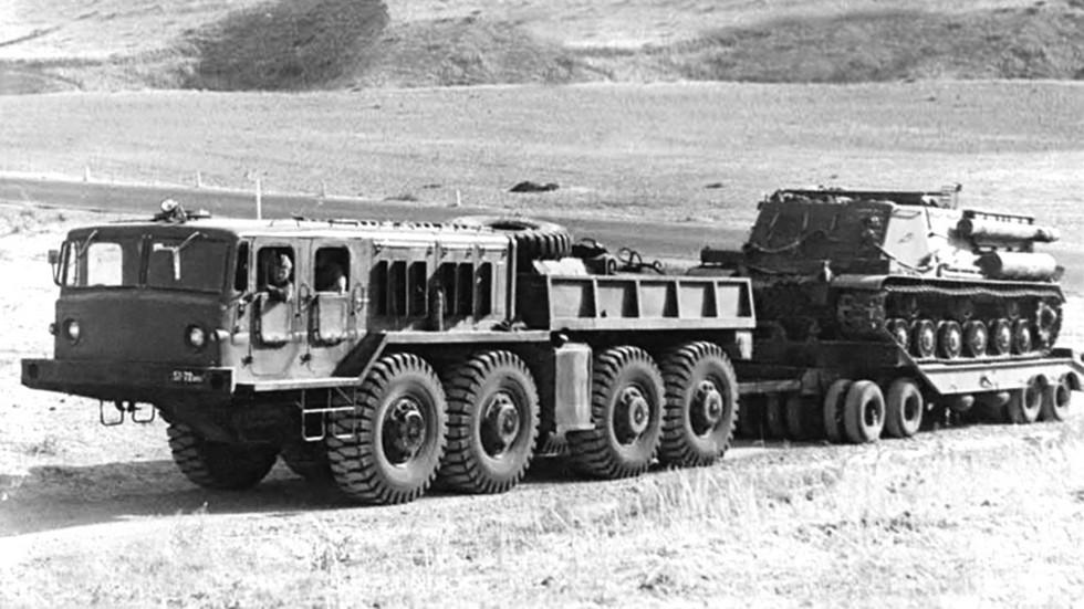 На испытаниях балластный тягач с 75-тонным прицепом МАЗ-5212А (из архива Н. Маркова)