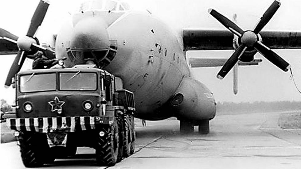 КЗКТ-537Л в аэродромном варианте для буксировки тяжелых самолетов (из архива А. Мельникова)