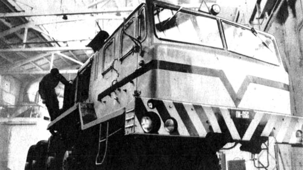 Сборка первого тягача КЗКТ-7426. 1976 год (фото Э. Котлякова)