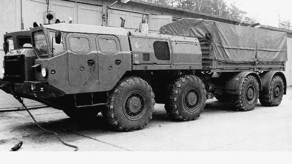 Бортовой автомобиль-тягач на шасси МАЗ-543 в Народной армии ГДР