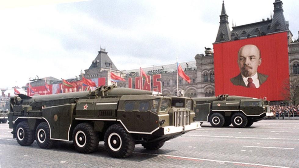 Ракетные установки комплекса 9К72 на Красной площади (из архива ИТАР-ТАСС)