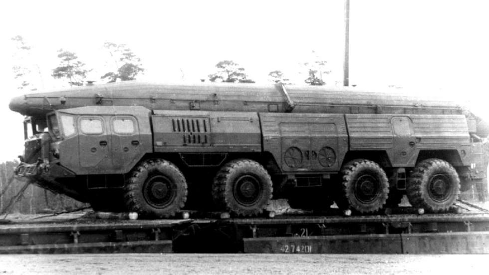 Транспортная машина 9Т215 для перевозки контейнера с одной ракетой