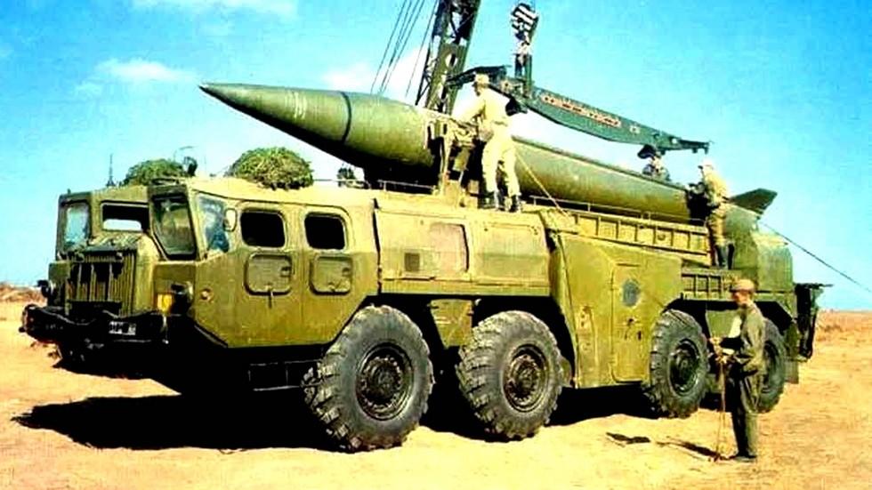 Крановая перегрузка химической ракеты на пусковую установку 9П117М-1