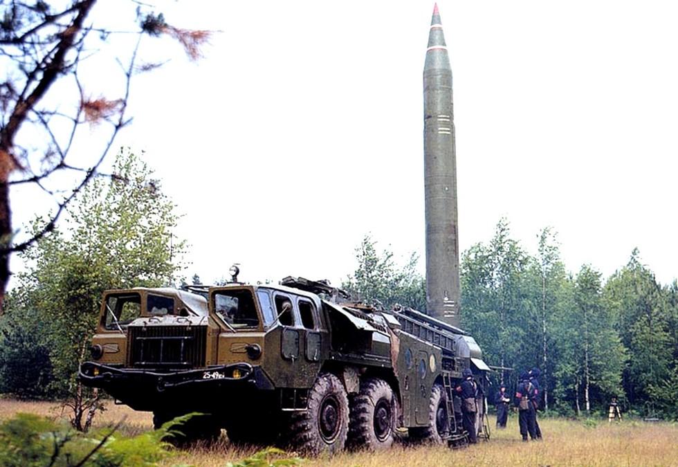 Ракетная пусковая установка 9П117 комплекса 9К72 в боевом положении
