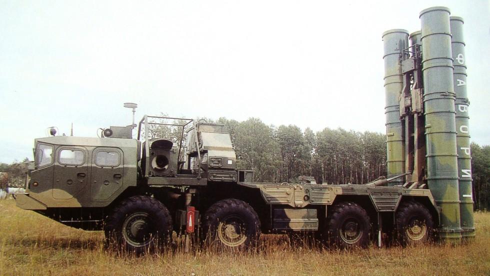 Установка 5П85СЕ2 на шасси МАЗ-543М с четырьмя ракетами на боевой позиции (из архива НИИЦ АТ)