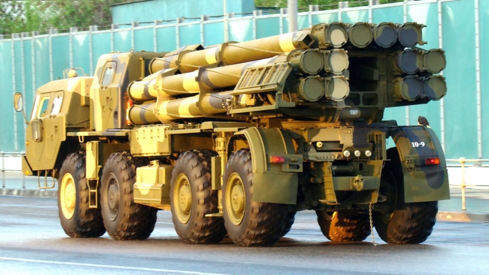 Установка залпового огня «Смерч-М» возвращается с военного парада (фото автора)