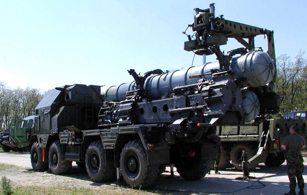 Перегрузка ТПК с зенитной ракетой комплекса С-300ПМУ на пусковую установку