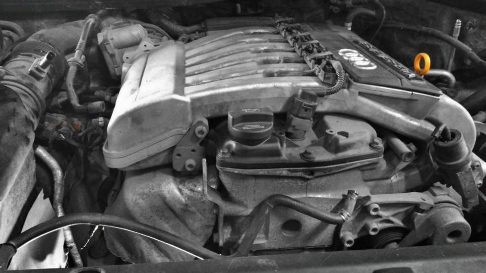 На фото: Двигатель 3.6FSI (подкапотное пространство подготовлено к ремонтным работам).
