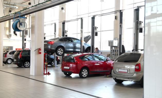 СМИ говорили о желании официальных автодилеров заработать наОСАГО
