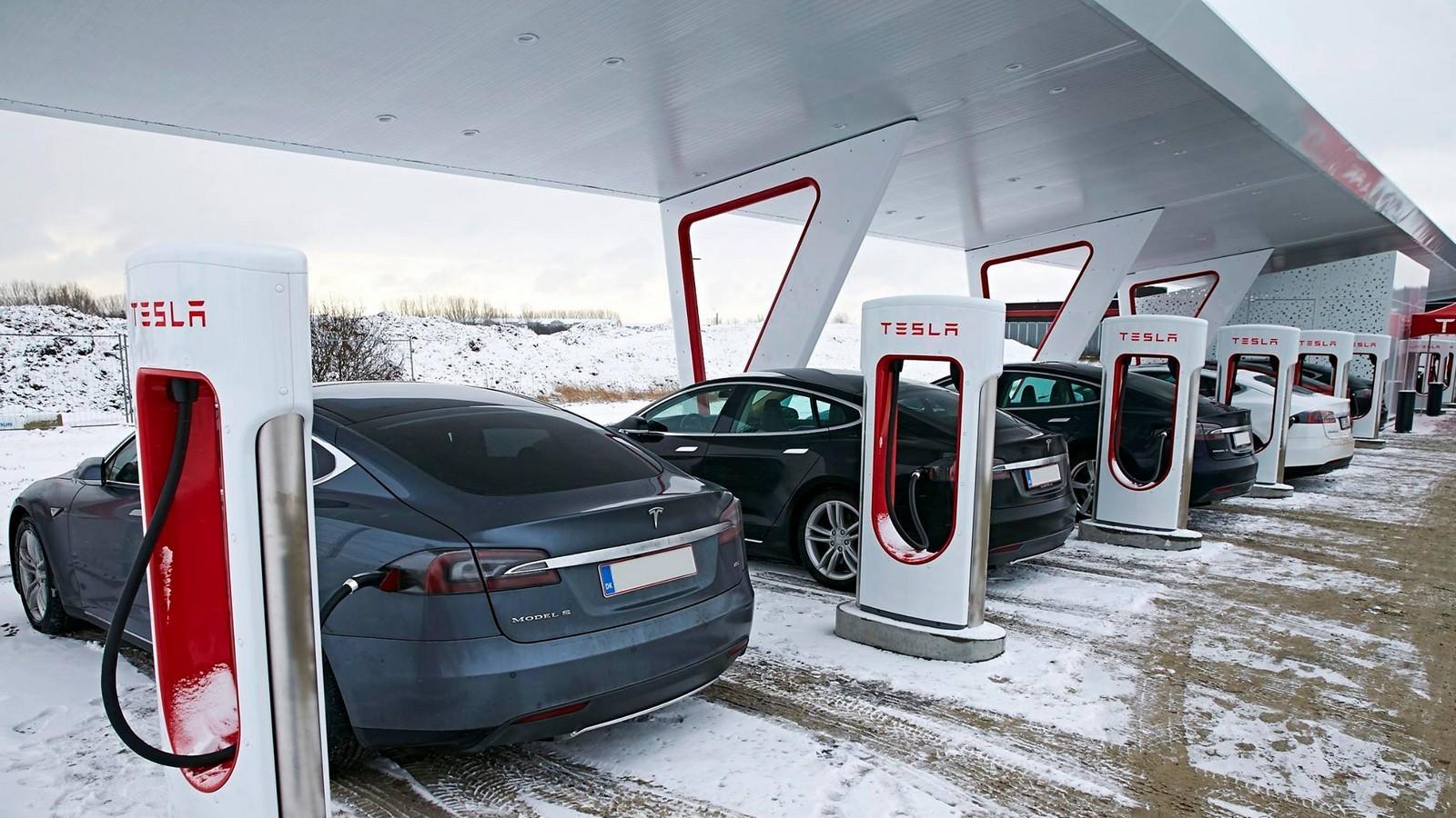 Компания Tesla прекращает бесплатную зарядку собственных электрокаров нафирменных АЗС