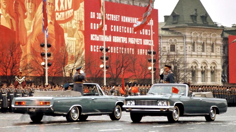 Укороченные кабриолеты ЗИЛ-117В на военном параде на Красной площади. 1973 год (кинокадр)