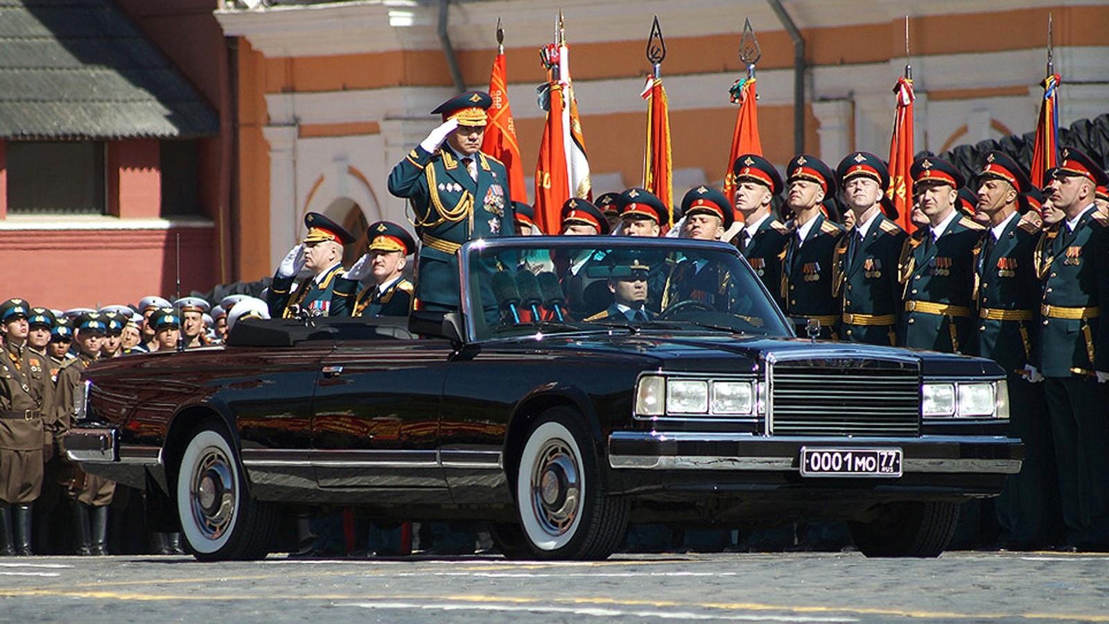На какой машине шойгу принимает парад победы