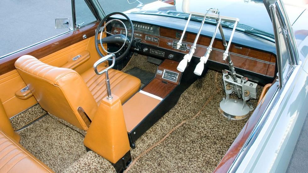 Интерьер машины ЗИЛ-117В с центральным поручнем и двумя микрофонами