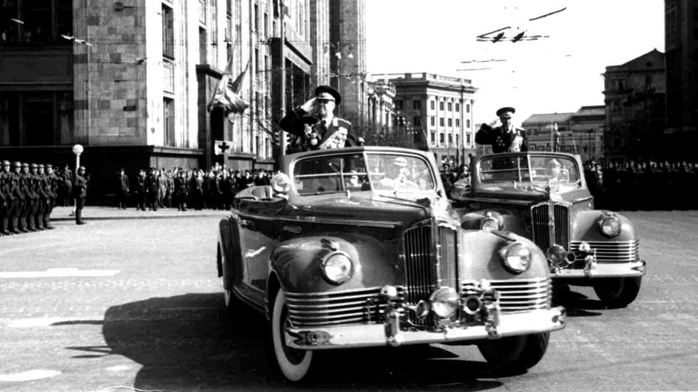 Министр обороны Г. К. Жуков и маршал К. С. Москаленко на военном параде 7 ноября 1955 года (из архива В. Мазепы)