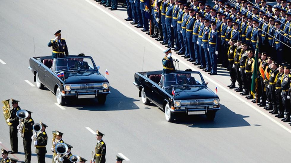 Открытые автомобили «Волга» местной сборки на параде в Новосибирске