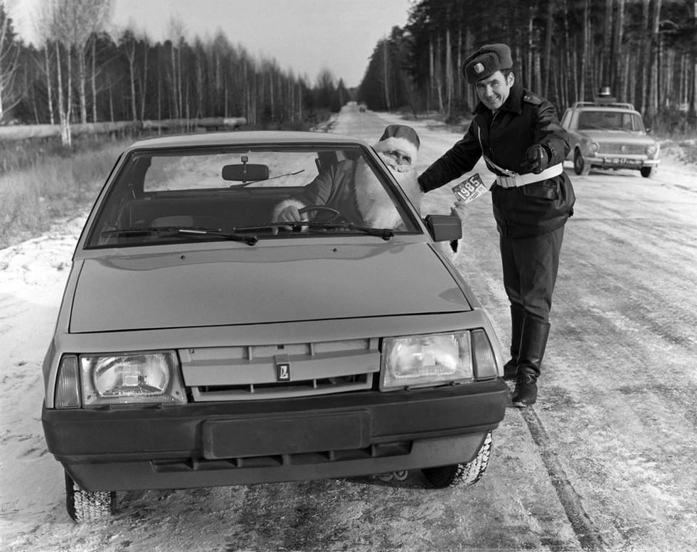 Постановочное фото, снятое в Куйбышевской области в канун 1985 года: Дед Мороз, сотрудник ГАИ и новая модель ВАЗ. Обратите внимание на редкий «шестидырчатый» бампер, характерных для автомобилей первых двух лет выпуска