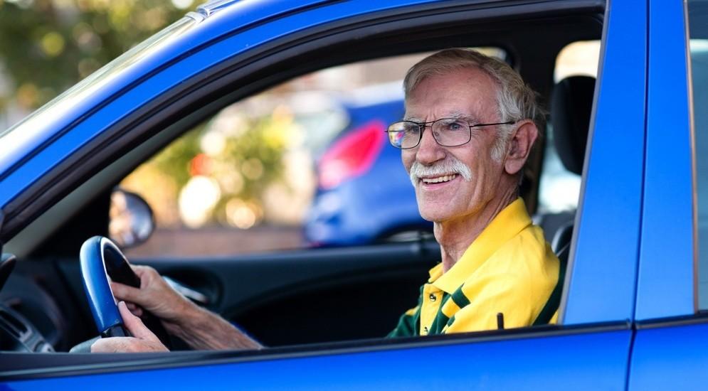 Автомобили водителей старше 75 хотят помечать спецзнаками