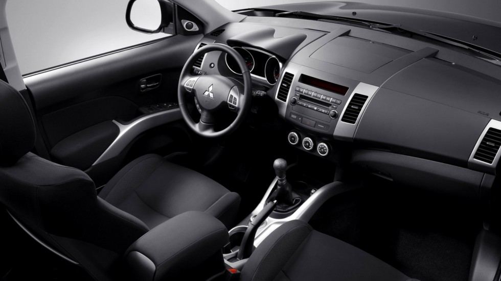 Интерьер Mitsubishi Outlander North America '2009–13э