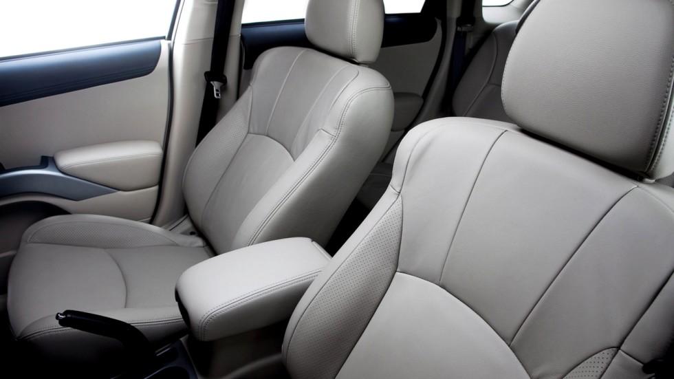 На фото: Интерьер Mitsubishi Outlander '2009–13