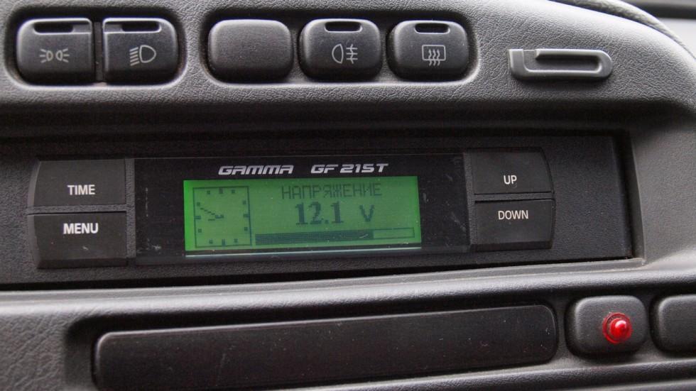 В некоторых автомобилях бортовой компьютер также имеет функцию вольтметра