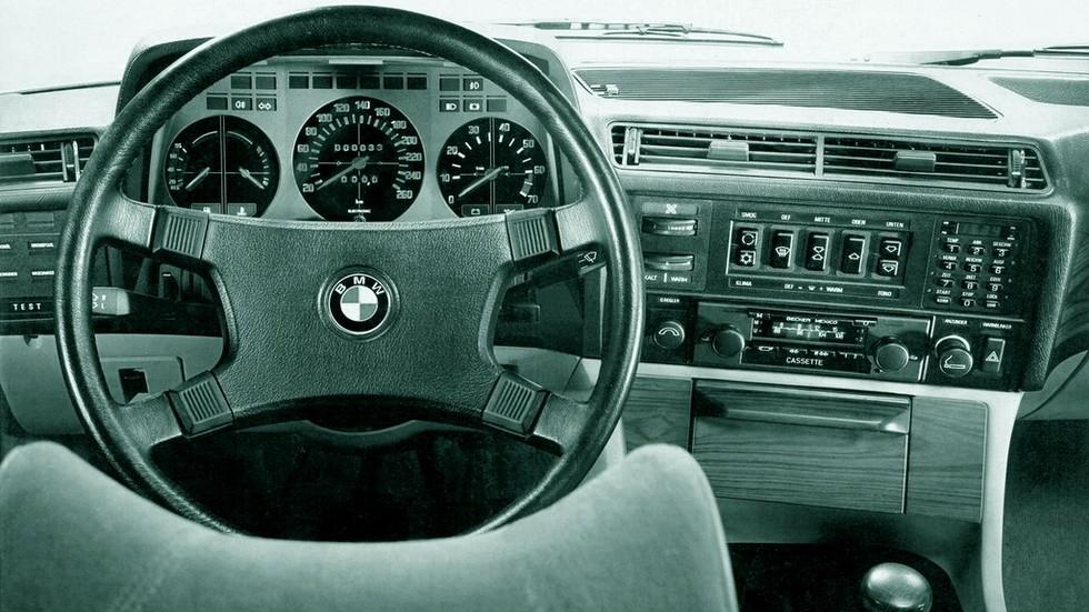 Спидометр посередине, тахометр сбоку? Да, до рестайлинга комбинация приборов BMW E23 выглядела именно так