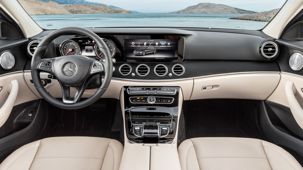 На фото: салон седана Mercedes-Benz E 220 d