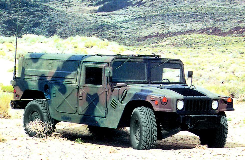 Машина на шасси M998A1 для перевозки ракет Stinger для системы Avenger
