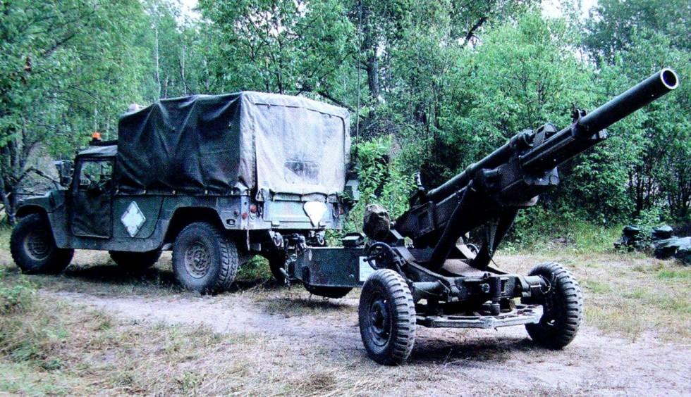 Легкий пикап-тягач HMMWV М1069 при буксировке 105-мм гаубицы