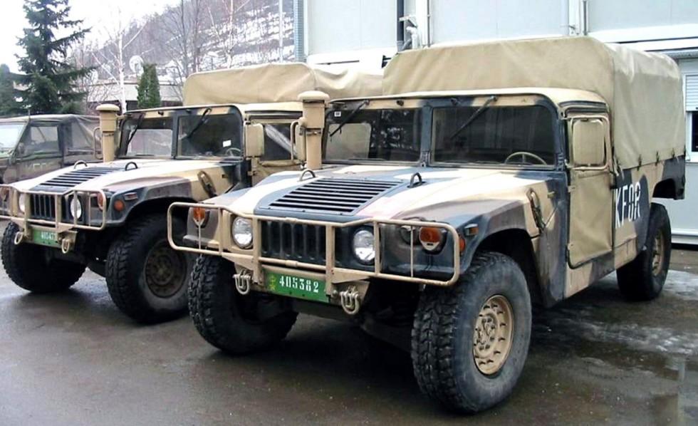 Тентованные пикапы HMMWV М998 международных сил НАТО в Косово