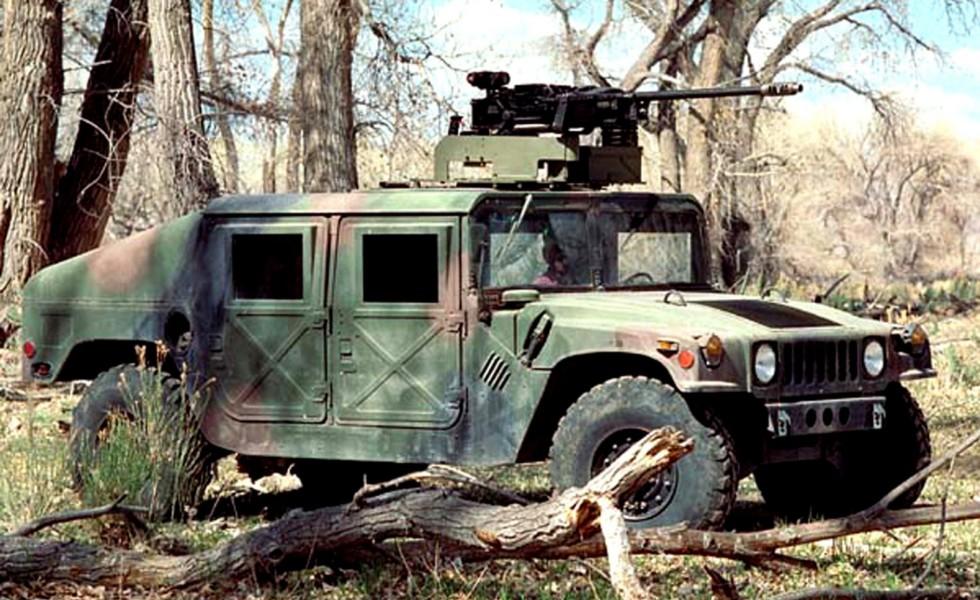 Закрытый башенный автомобиль М1025 с крупнокалиберным пулеметом