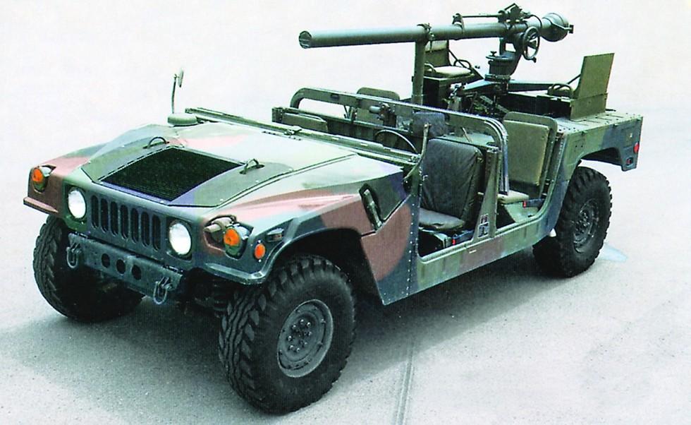 Открытый четырехместный автомобиль M1097A2 с 106-мм безоткатным орудием