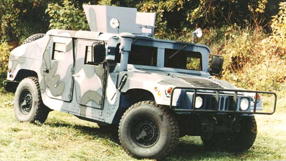Полностью бронированный автомобиль М-1114 с открытой пулеметной башней