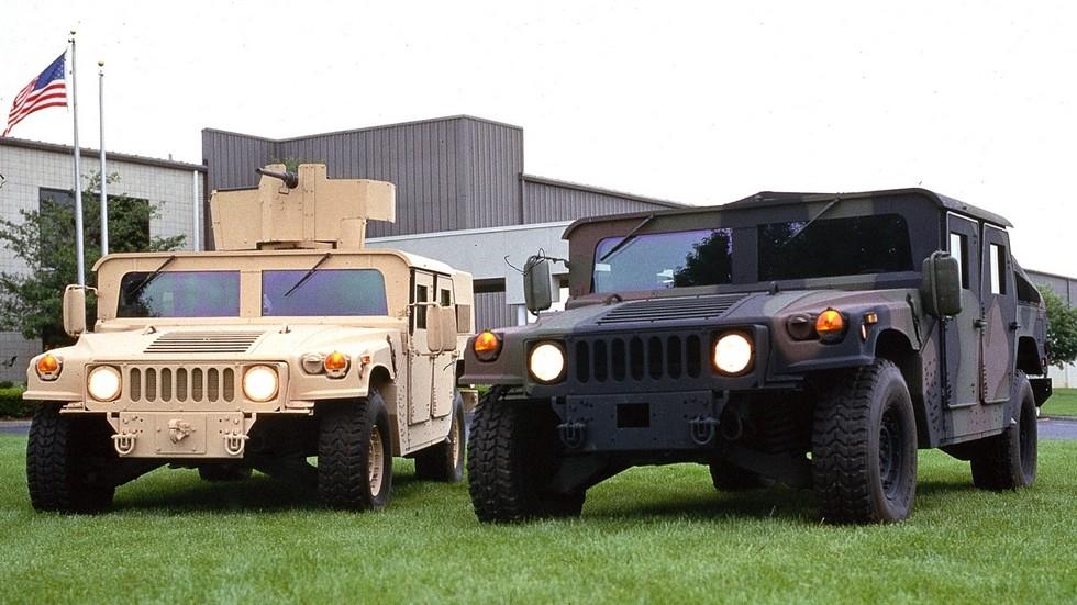 Бронемашины M1116 (слева) и M1114 у здания компании O'Gara-Hess