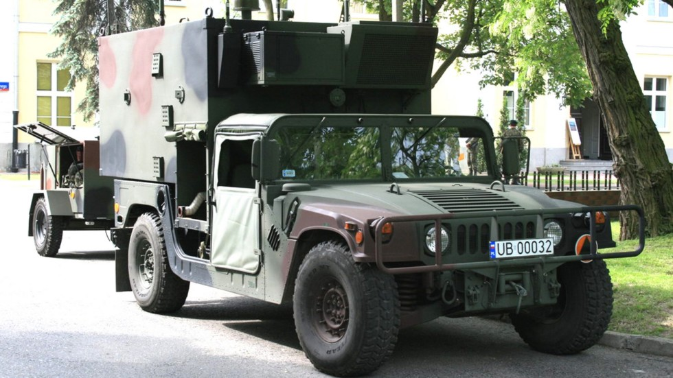 Машина M1097A2 со съемным контейнером и прицепом (фото MO Польши)