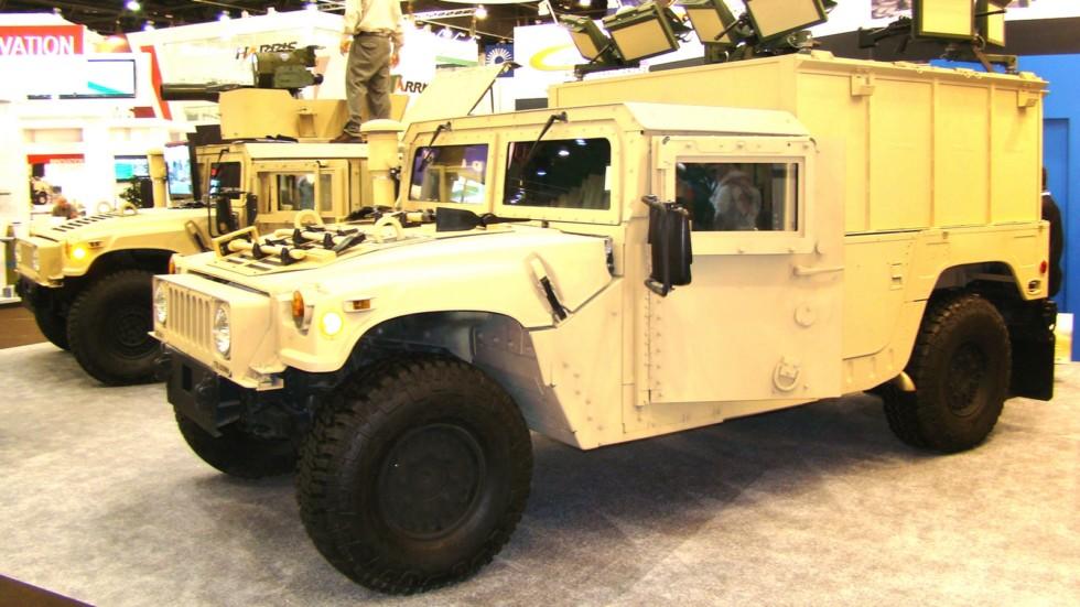Машина М1152А1 со шкворневыми установками для пулеметов на бортах кузова (фото автора)