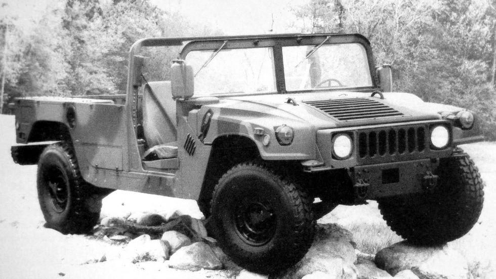 Автомобиль-шасси M1113 для перевозки контейнеров и монтажа надстроек