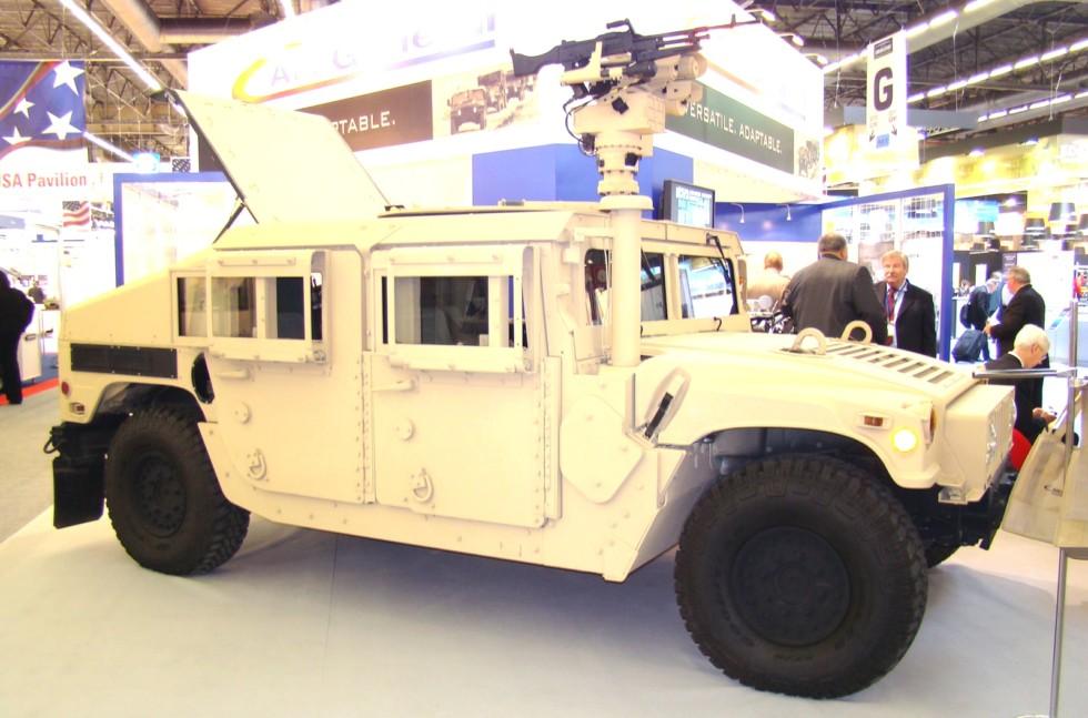 Машина М1167A1 с противоминной защитой и дистанционным боевым модулем (фото автора)