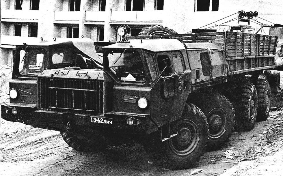 Автомобиль МАЗ-543П с низкобортным кузовом в гражданском строительстве (из архива Л. Суславичуса)