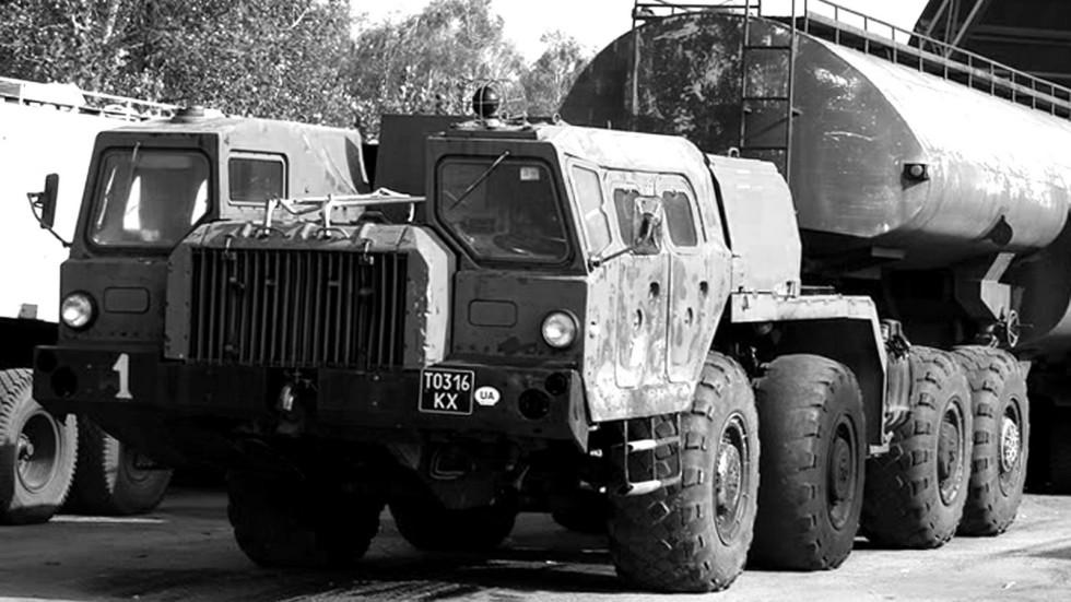 Седельный тягач МАЗ-74103 с полуприцепной топливной цистерной (фото Max Chern)