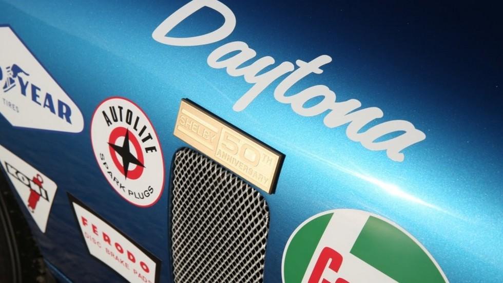 На фото: юбилейная табличка на Shelby Cobra Daytona