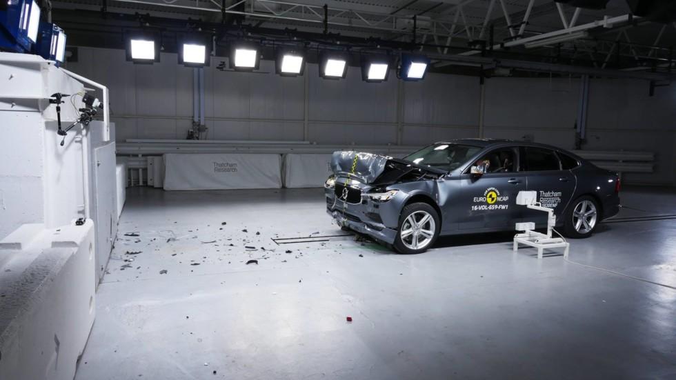 На фото: краш-тест автомобилей Volvo
