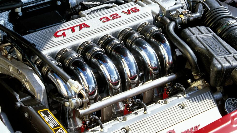 На фото: Под капотом Alfa Romeo 156 GTA (932A) '2002–2005