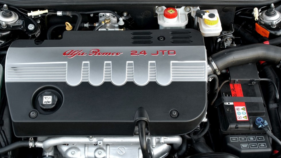 На фото: Под капотом Alfa Romeo 156 (932A) '2002–2003