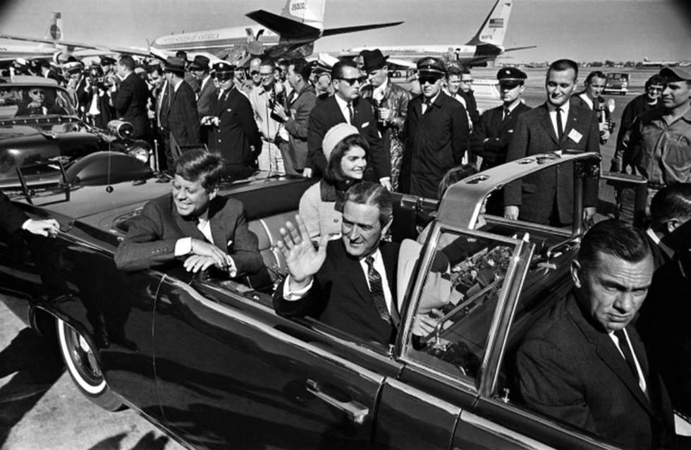 В аэропорту Лав-филд перед отъездом в Даллас (слева–направо) — Кеннеди с женой, губернатор Коннэлли и агент Рой Келлерман