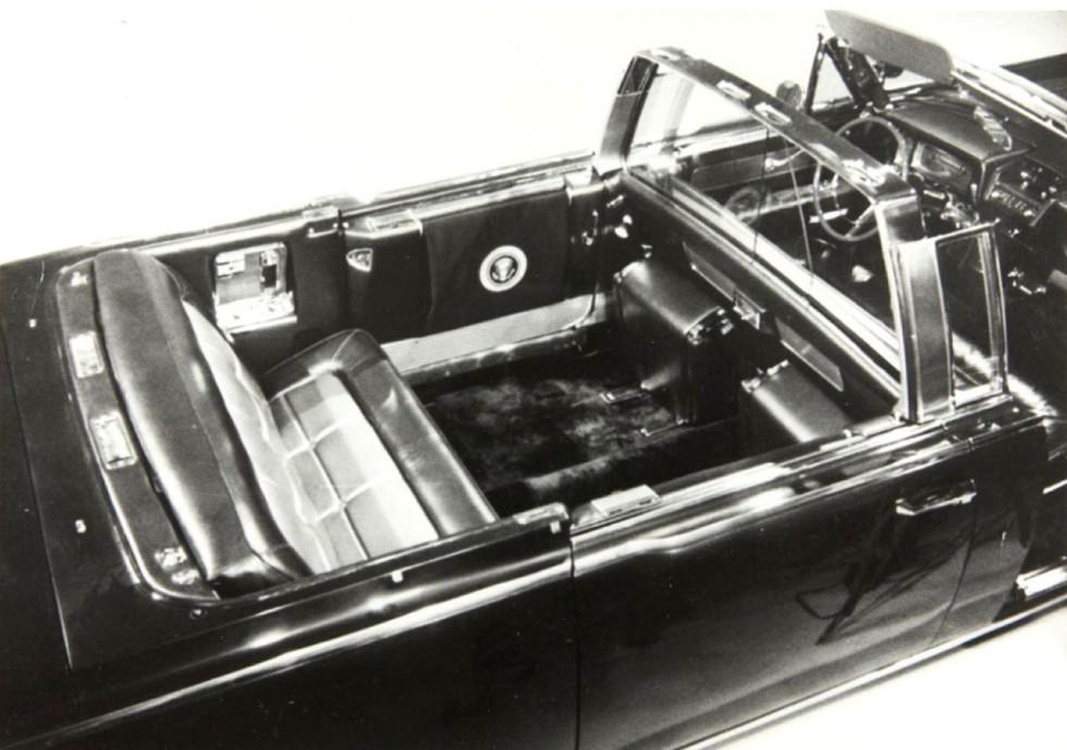 На фотографии видны заднее сиденье, удлинительная вставка в кузове и центральная перегородка с аркой для крыши