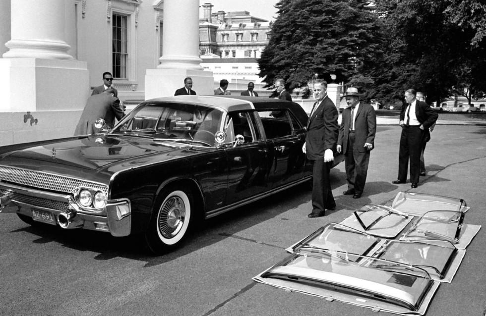 Сотрудники секретной службы подбирают комплектацию сменных элементов машины SS-100-Х. Июнь 1961 года.