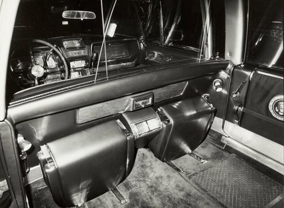 Внутренняя перегородка салона с двумя емкостями для раскладных сидений