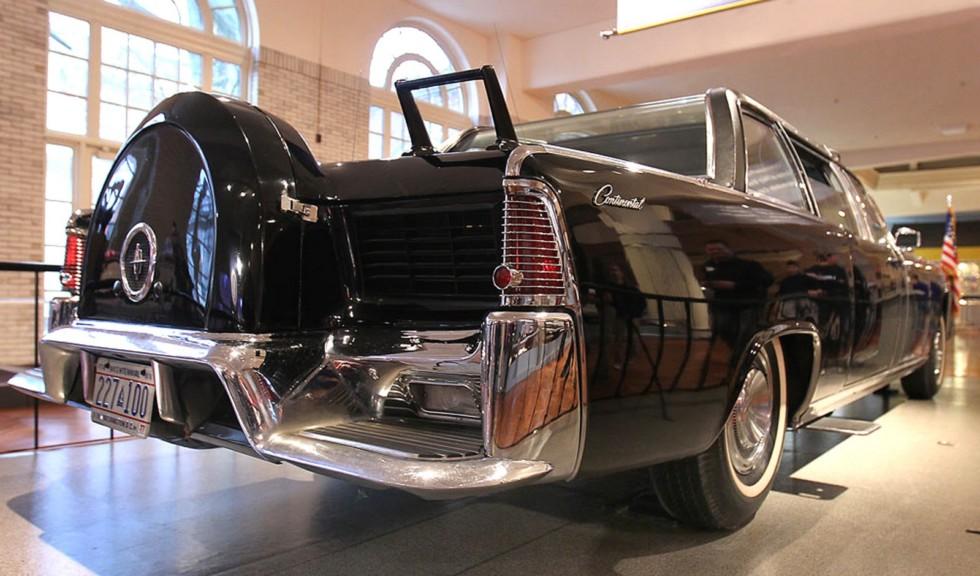 Задняя часть автомобиля с запасным колесом и площадками для двух секретных агентов (из архива компании Ford)
